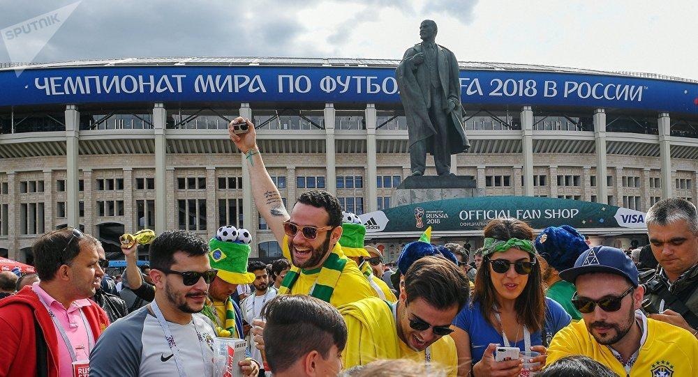 Torcida se prepara para assistir ao 1º jogo (Rússia-Arábia Saudita) da Copa 2018 na Rússia, estádio Luzhniki, Moscou