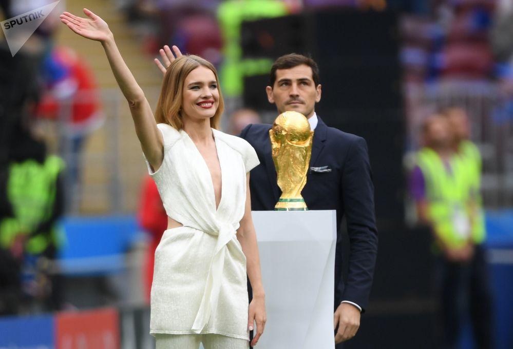 A modelo Natalia Vodianova e o jogador de futebol Iker Casillas com a taça da Copa do Mundo de 2018 antes da cerimônia de abertura no Estádio Luzhniki