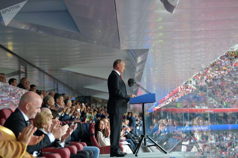 O presidente russo, Vladimir Putin, falando na cerimônia de abertura da Copa do Mundo de 2018 antes da partida de estreia entre as seleções da Rússia e da Arábia Saudita