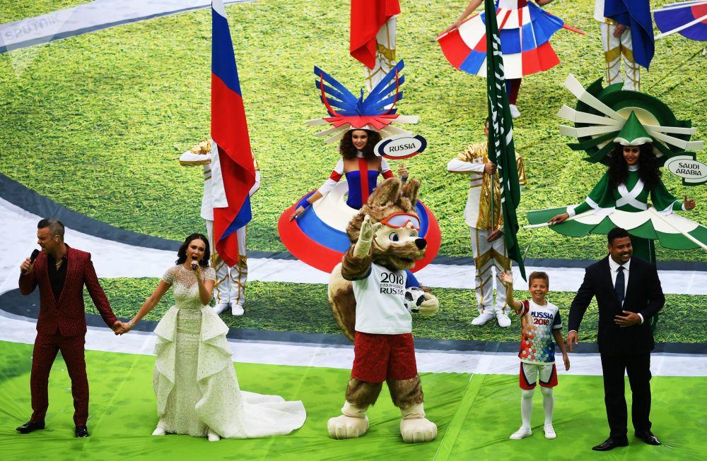 O cantor Robbie Williams e a cantora de ópera russa Aida Garifullina se apresentam na cerimônia de abertura da Copa do Mundo de 2018 no estádio Luzhniki