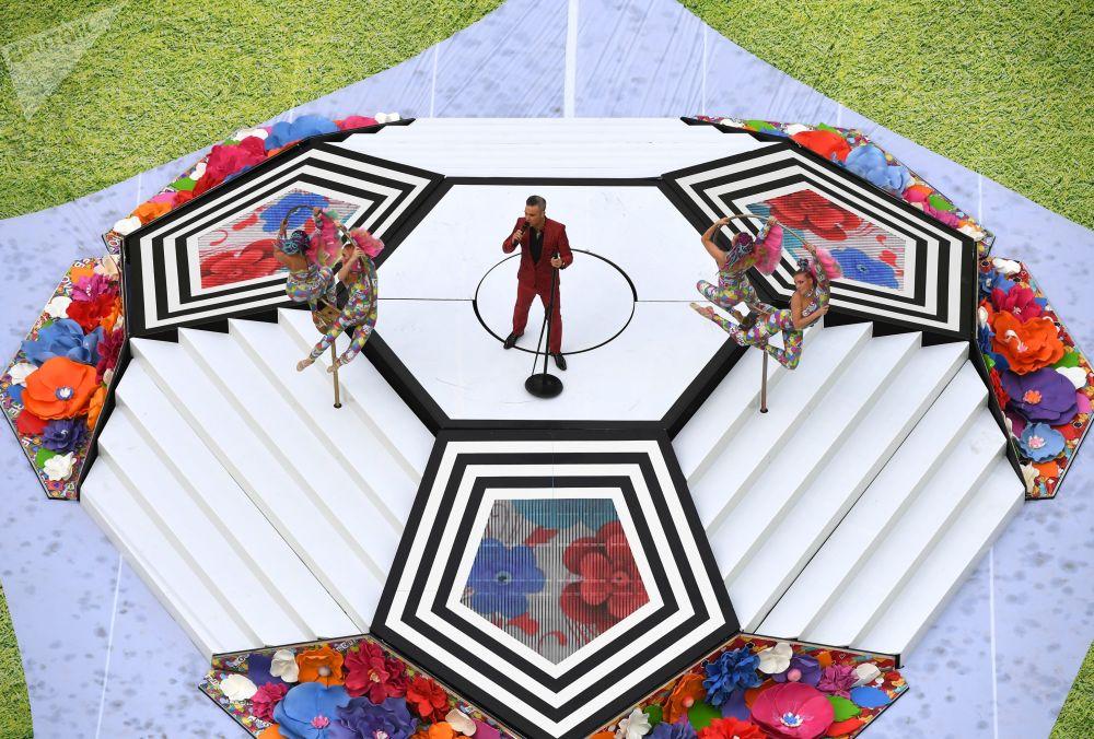 O cantor Robbie Williams se apresenta na cerimônia de abertura da Copa do Mundo da FIFA 2018, no estádio Luzhniki.