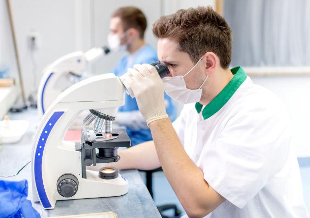 Cientistas no laboratório, imagem referencial