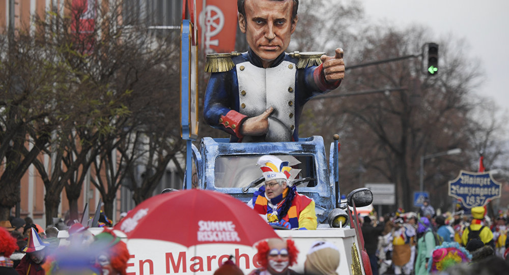 Um carro alegórico representando o presidente da França, Emmanuel Macron, em Mainz, Alemanha.