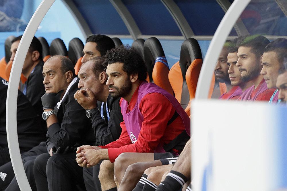 O craque Mohamed Salah acompanhou todo o jogo do banco de reservas.