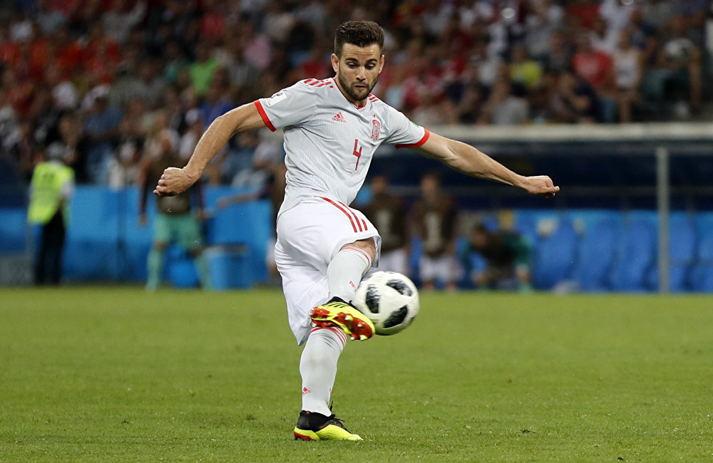 Nacho enche o pé para fazer seu gol pela Espanha.