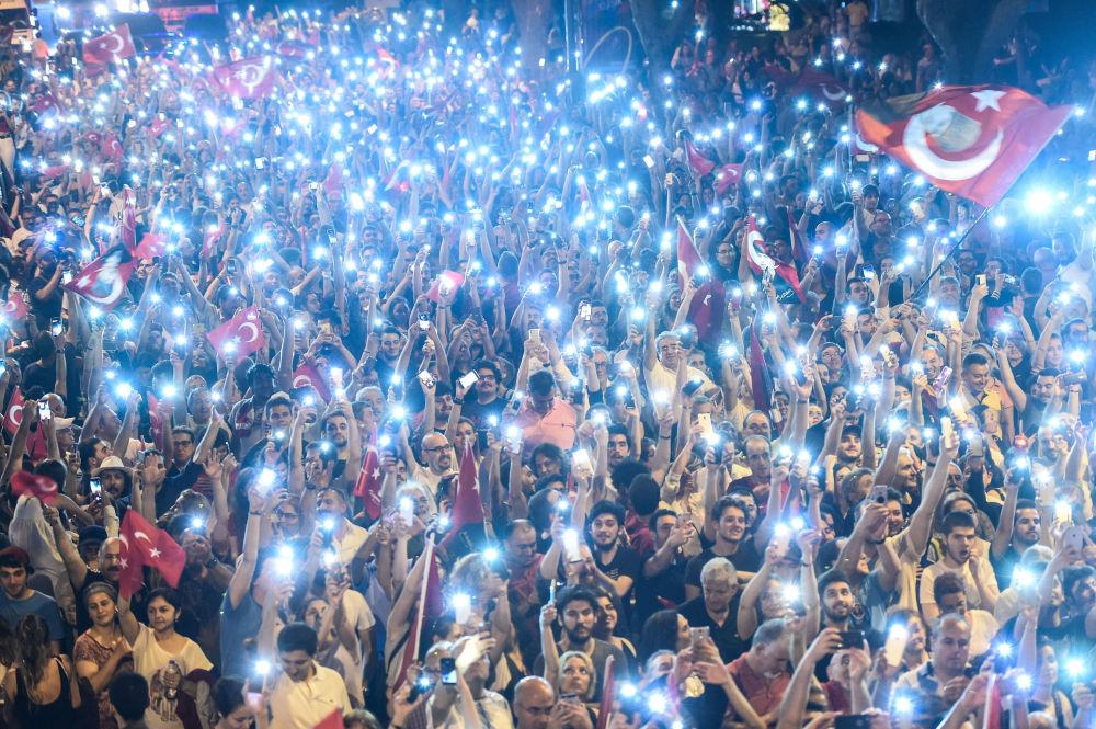 Os apoiadores do candidato à presidência da Turquia Muharrem Ince, do Partido Republicano do Povo, a principal força política de oposição na Turquia, durante seu comício eleitoral