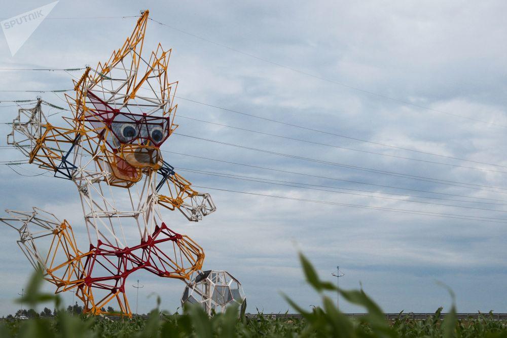 Poste de eletricidade em forma do lobo Zabivaka, mascote da Copa 2018, na região de Kaliningrado