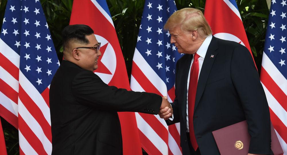 O presidente norte-americano Donald Trump aperta a mão do líder norte-coreano Kim Jong-um, na cúpula entre os EUA e a Coreia do Norte, em Singapura