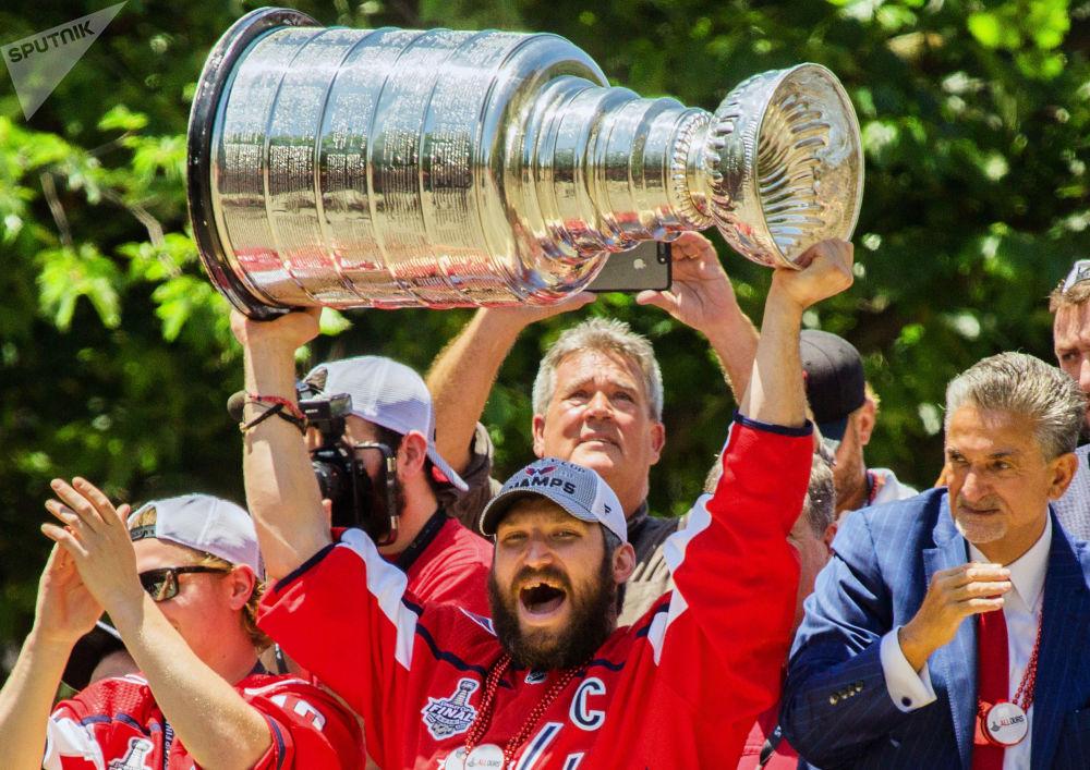 O capitão da equipe de hóquei Washington Capitals, o russo Aleksandr Ovechkin, com a Copa Stanley