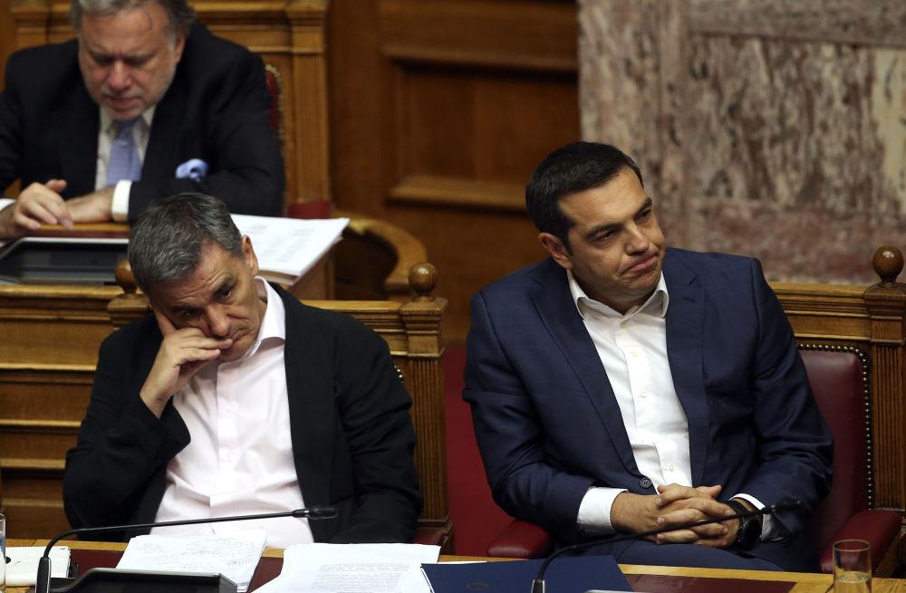 Primeiro ministro grego, Alexis Tsipras (à direita), e ministro das Finanças, Euclid Tsakalotos, durante a seção parlamentar em Atenas