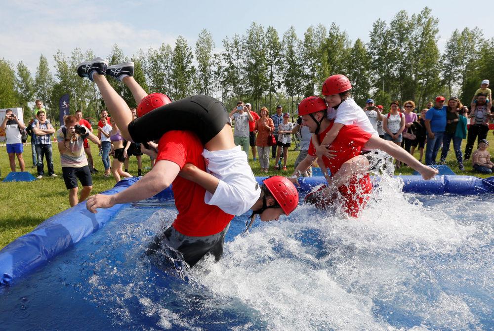 Participantes de um concurso nas celebrações do Dia da Cidade de Krasnoyarsk, Rússia