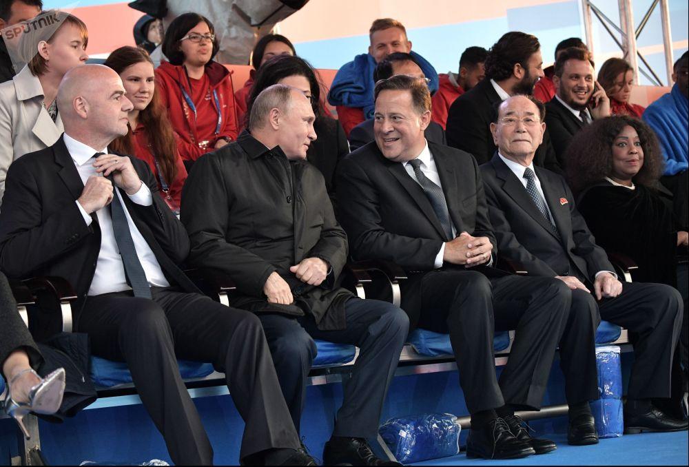 O presidente russo, Vladimir Putin, com o presidente da FIFA, Gianni Infantino, durante um concerto de gala da véspera da abertura da Copa 2018