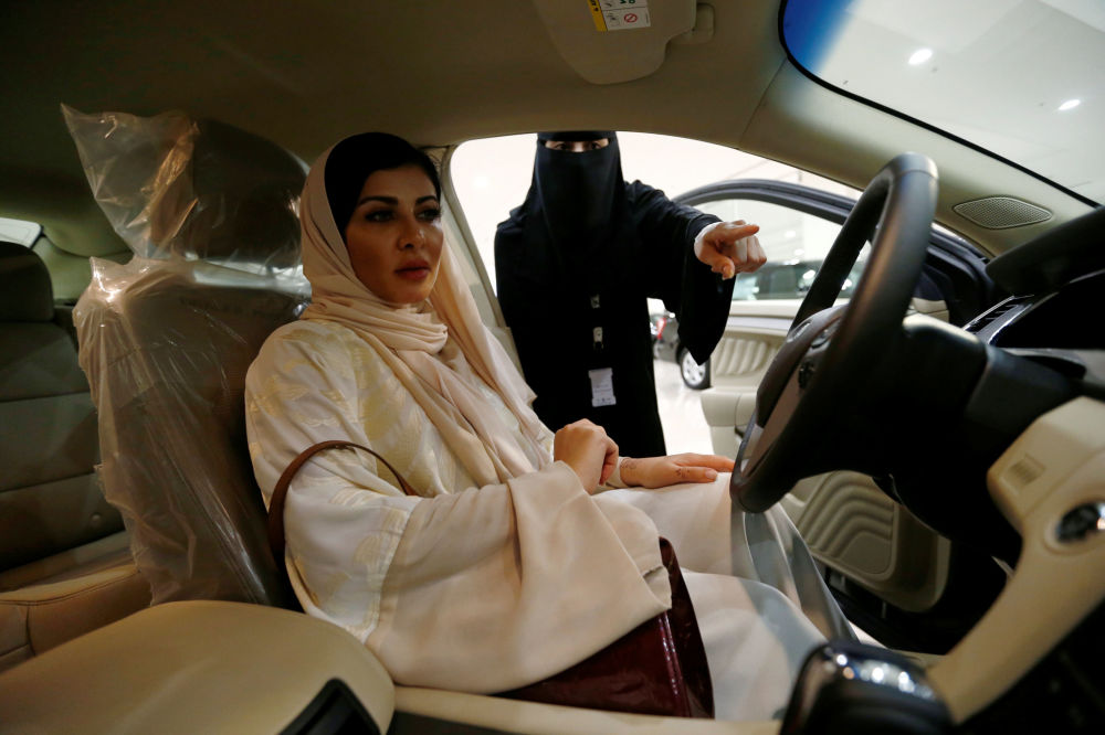 A cirurgiã saudita Fatima al-Nasseralah escolhe um carro em um showroom em Riad