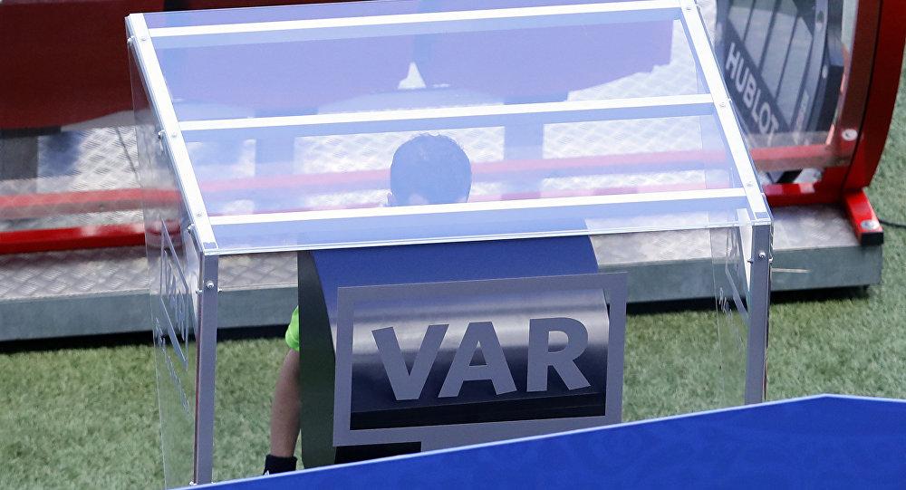 O juiz da partida entre França e Austrália, o uruguaio Andres Cunha, utiliza a tecnologia do árbitro de vídeo no estádio de Kazan. Foi a primeira vez da história das Copas do Mundo em que a tecnologia foi utilizada.