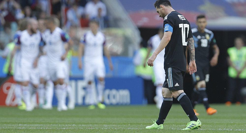Lionel Messi caminha durante jogo da Argentina contra a Islândia na Copa do Mundo.