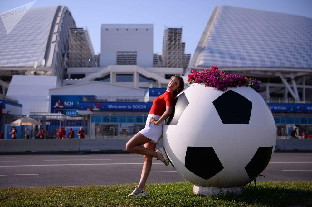 Torcedora perto do estádio Fisht no Parque Olímpico antes do jogo da fase de grupos Espanha-Portugal, em Sochi.
