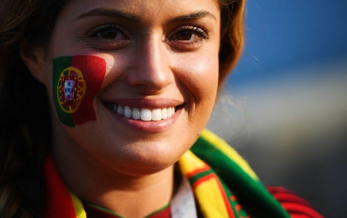 Torcedora da Seleção Portuguesa antes do jogo entre Portugal e Espanha.