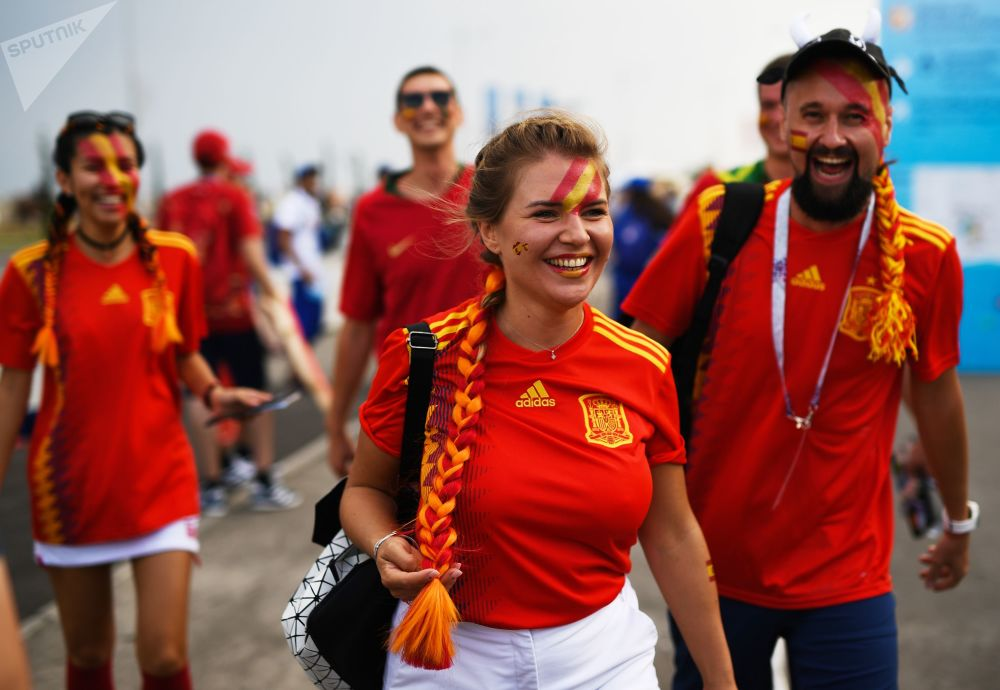 Torcedores espanhóis esperando a partida entre sua Seleção e a de Portugal.
