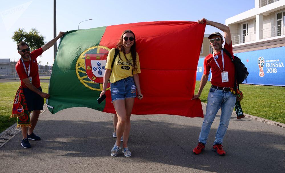 Torcida portuguesa com bandeira nacional esperando o jogo com a Espanha.