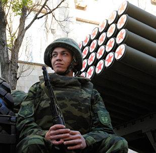 Lança-foguetes Grad durante ensaios da parada militar por ocasião do 73º aniversário do Dia da Vitória na República Popular de Donetsk