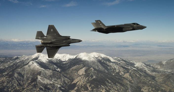 Caças norte-americanos F-35A Lightning II durante um voo de treinamento