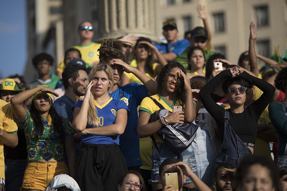 Torcida brasileira acompanha no Rio de Janeiro o jogo de estreia do Brasil na Copa do Mundo. Empate frustra clima de favoritismo.