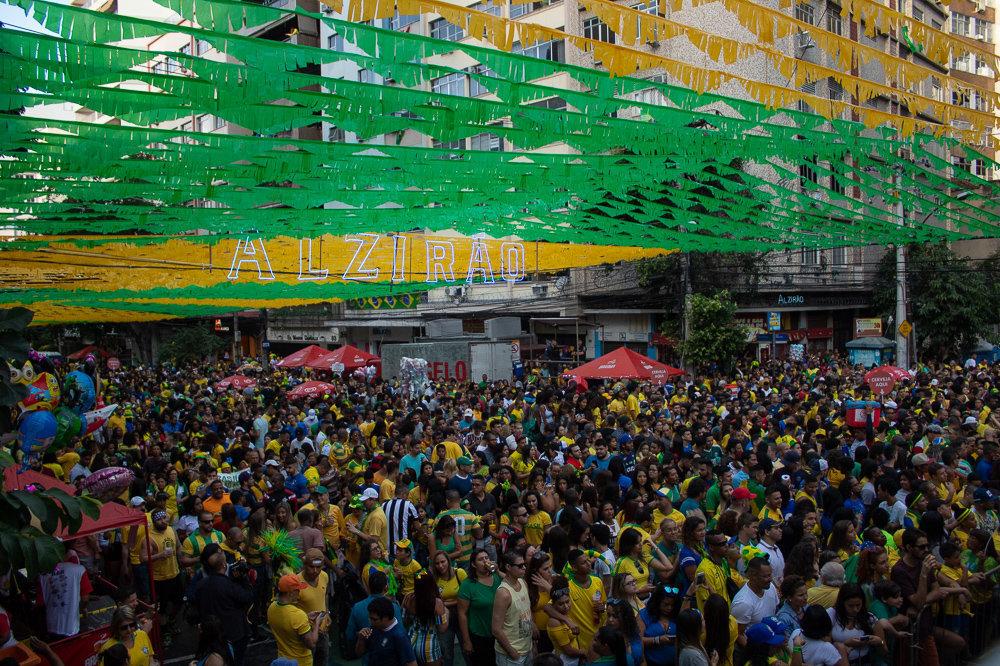 Torcida brasileira no Alzirão, Rio de Janeiro, durante estreia do Brasil na Copa