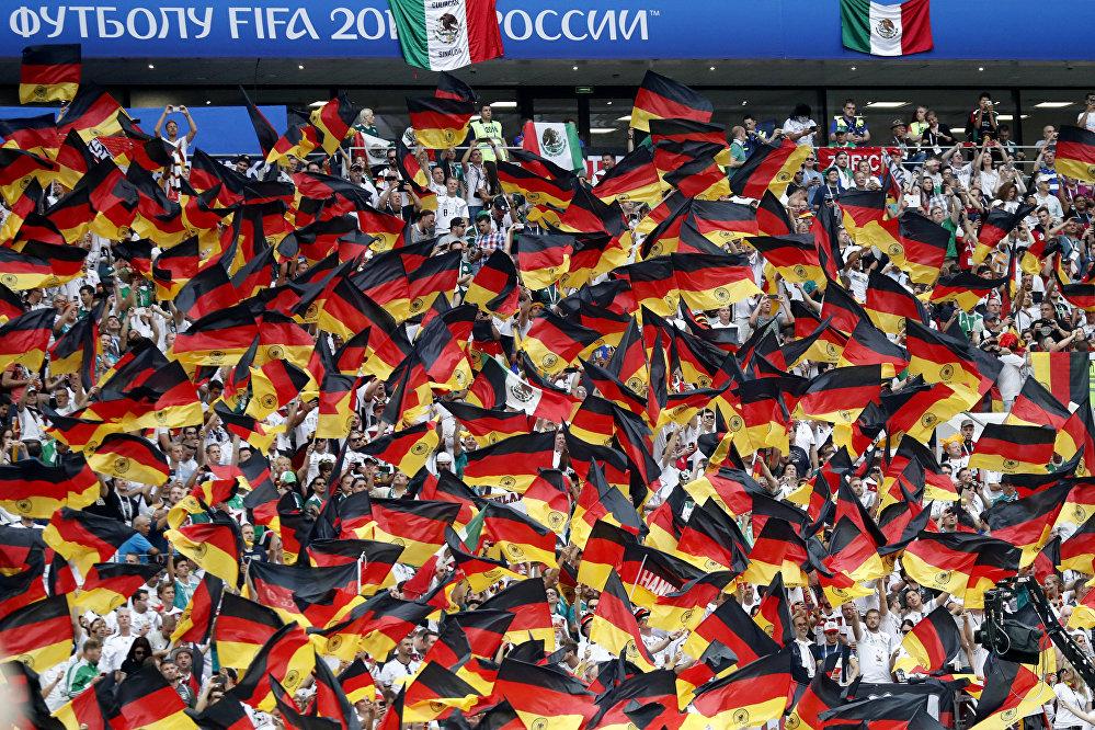 Torcida alemã comparece ao estádio Luzhniki, em Moscou, durante partida entre Alemanha e México.