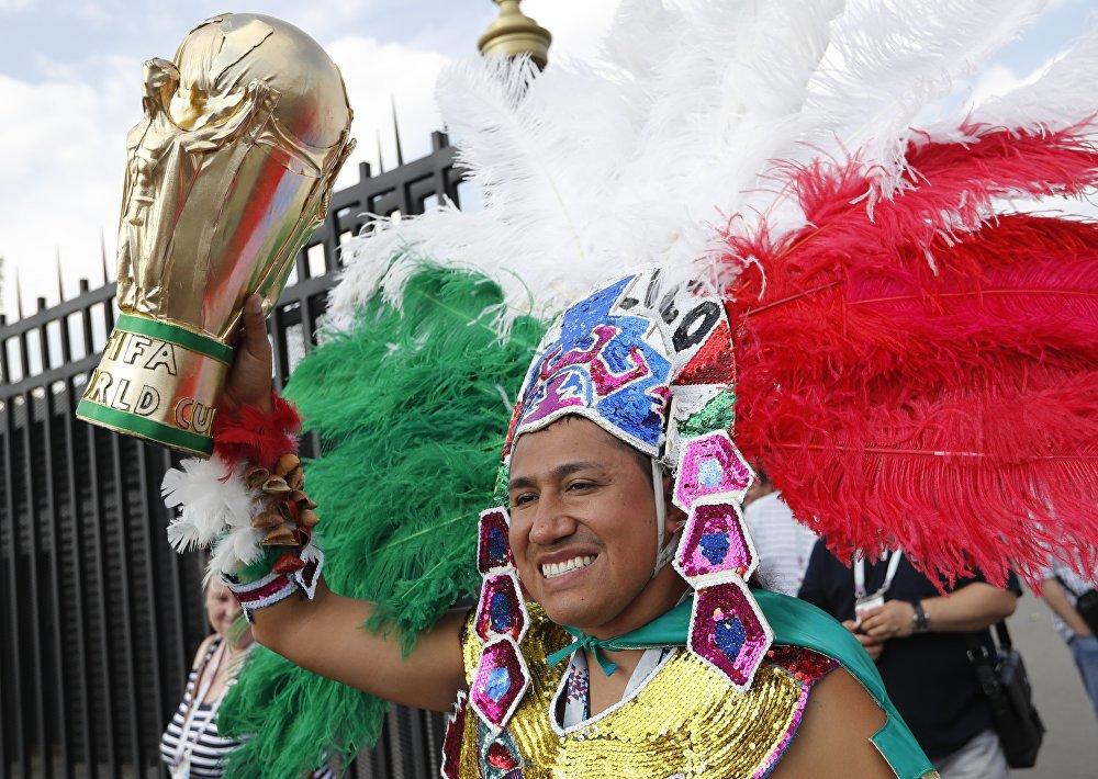 Torcedor mexicano sorri em Moscou enquanto espera o jogo entre México e Alemanha.