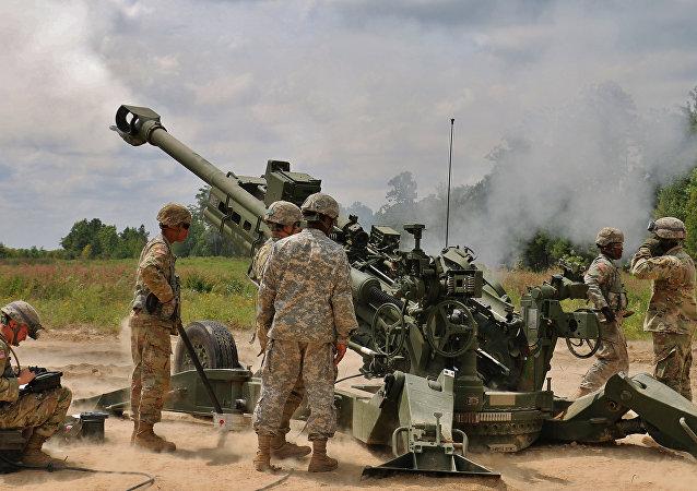 Soldados norte-americanos em torno do obuseiro M777A2