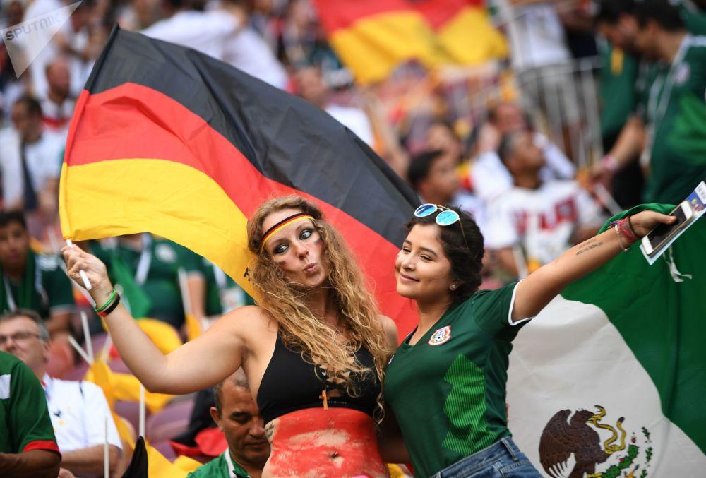 Torcedoras alemã e mexicana durante a partida entre suas seleções.
