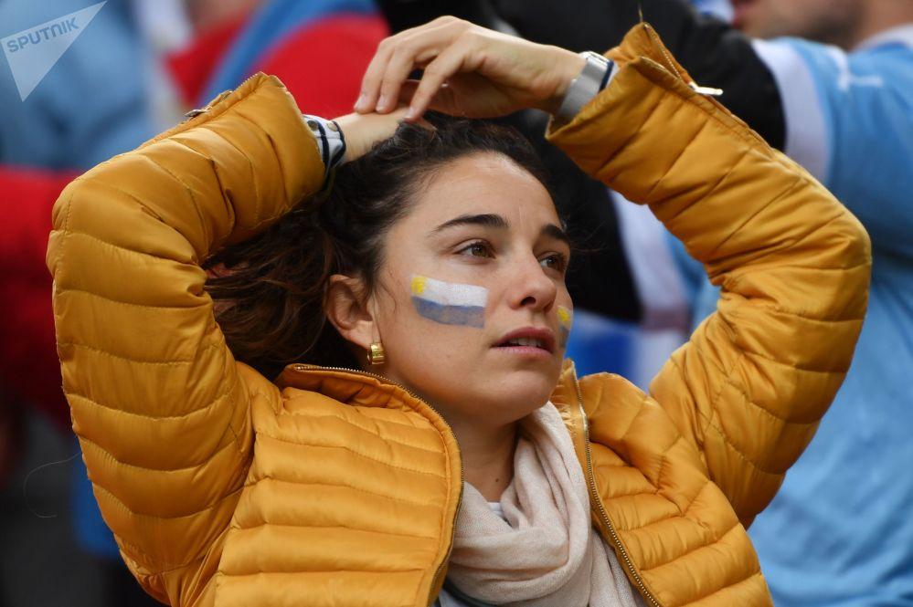 Garota torcendo pela Seleção Uruguaia ao enfrentar o Egito.