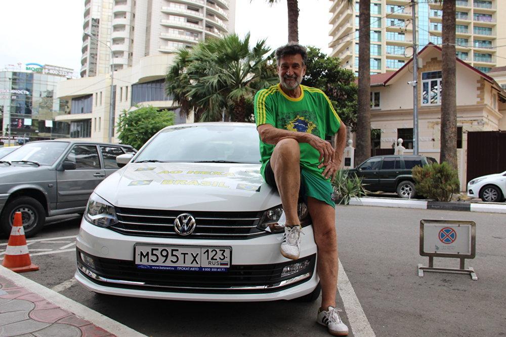 Carlos Alberto de Valentim, mais conhecido como Seu Nenê da Kombi, com seu carro alugado em Sochi, em 16 de junho de 2018