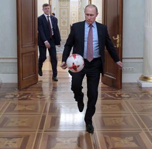 Presidente russo, Vladimir Putin, chutando bola após o encontro no Kremlin com o presidente da FIFA, Gianni Infantino