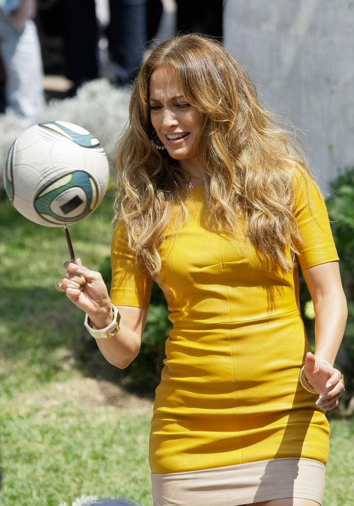 Atriz e cantora norte-americana, Jennifer Lopez, girando uma bola de futebol sobre uma caneta em Lima, Peru, 2011