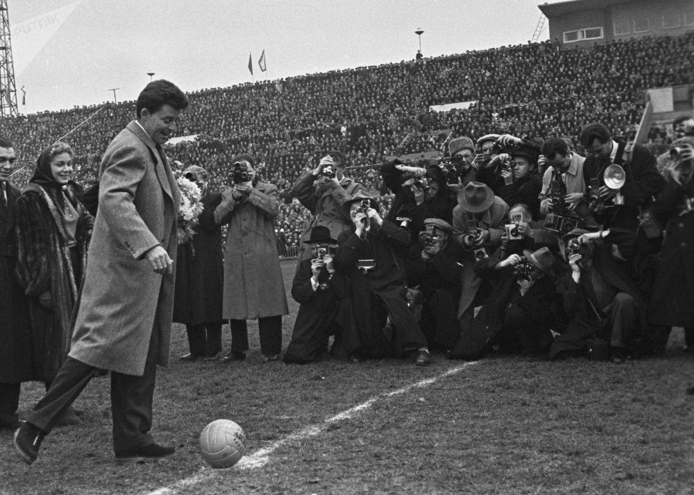 Ator francês Gerard Philipe dando primeiro chute na bola em Moscou, URSS, 1955