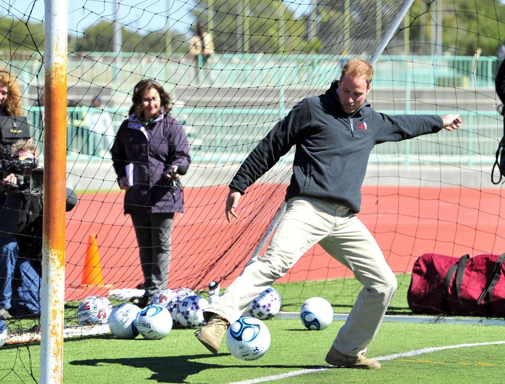 Príncipe britânico William tentando parar uma bola, Botswana, 2010