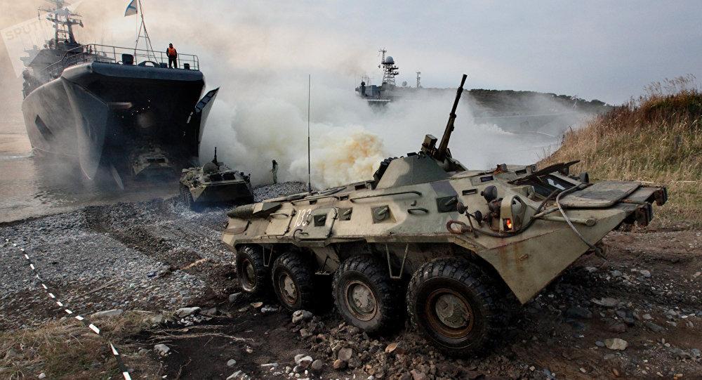Veículos blindados de transporte com fuzileiros navais se dirigem para a costa durante um desembarque no âmbito de manobras táticas