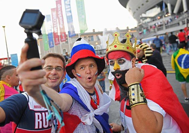 Torcedores de Rússia e Egito antes do confronto entre as duas seleções em São Petersburgo
