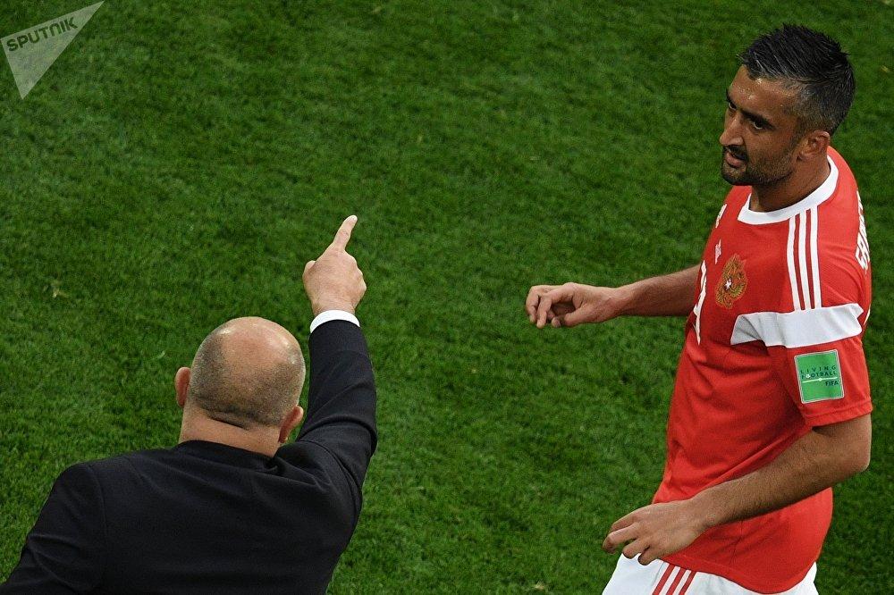 Aleksandr Samedov ouve instruções do técnico Stanislav Cherchesov no jogo da Rússia contra o Egito em São Petersburgo