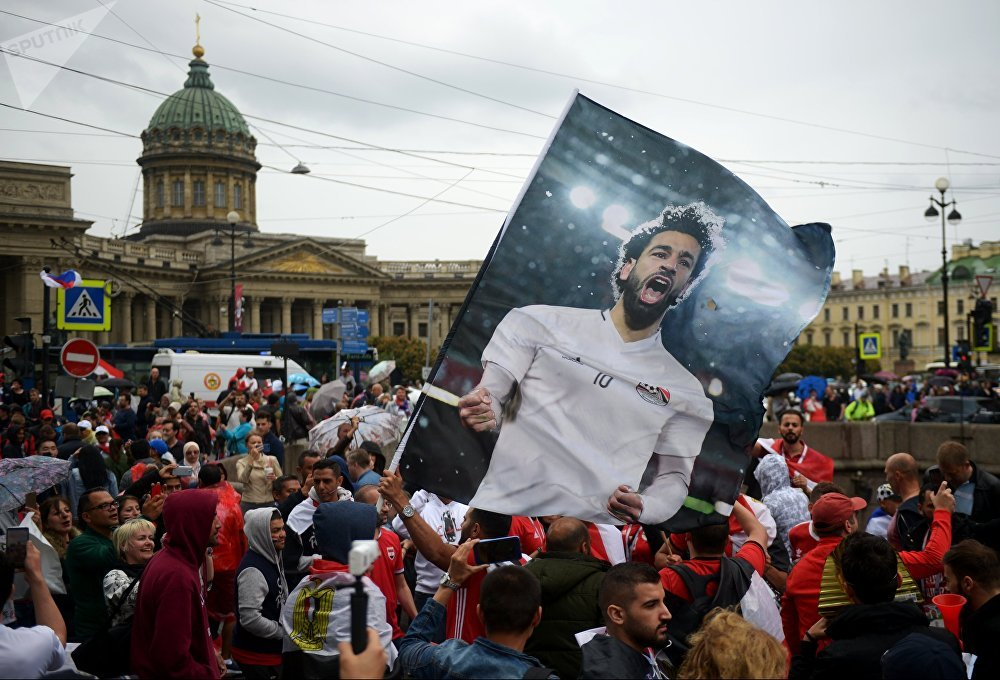 Torcedores do Egito exibem cartaz com imagem do craque Mohamed Salah em São Petersburgo