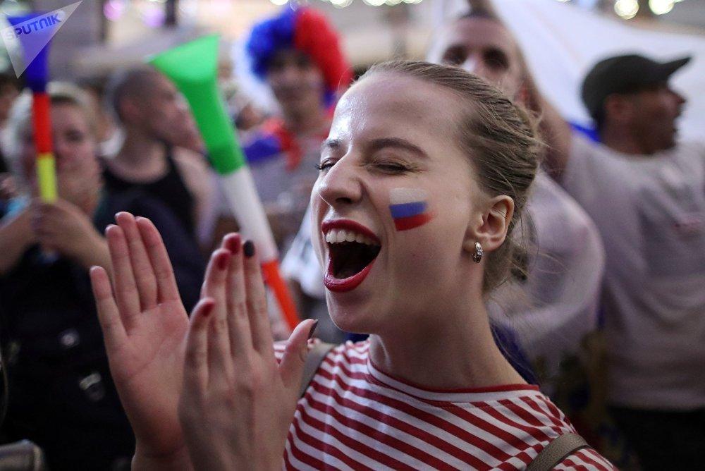 Torcedora em Moscou empolgada com a exibição da seleção russa em São Petersburgo
