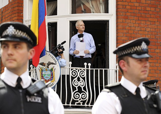 Julian Assange discursa na embaixada do Equador em Londres, em 2012.