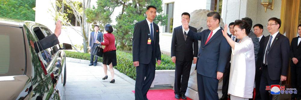 O presidente da China e sua esposa despedem-se da delegação norte-coreana que esteve com sua visita em Pequim em 19 e 20 de junho de 2018