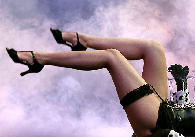 Dançarina faz apresentação no dia de abertura da feira erótica Eropolis, em 9 de fevereiro de 2013 em Nice, sudeste da França