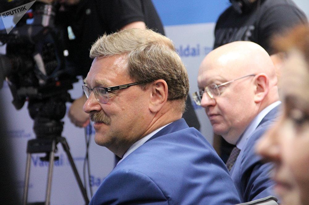 Konstantin Kosachev (à esquerda) e Vasily Nebenzya (à direita) durante uma discussão do Clube Valdai junto com o secretário-geral das Nações Unidas, António Guterres, em 21 de junho de 2018, em Moscou