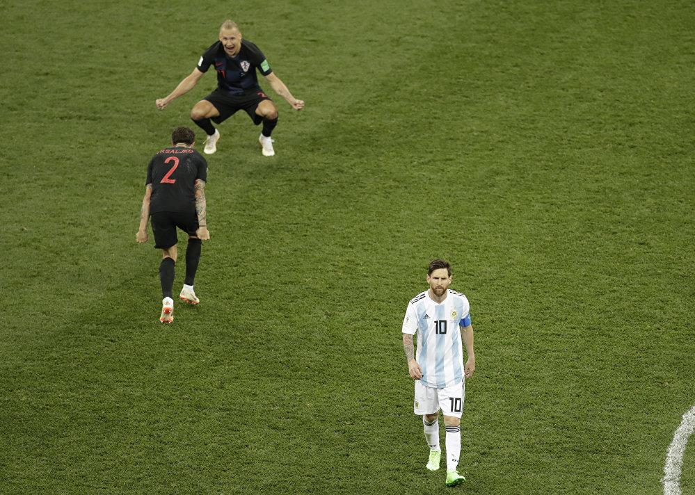 Jogadores croatas comemoram vitória da seleção sobre a Argentina de Messi durante a Copa do Mundo.