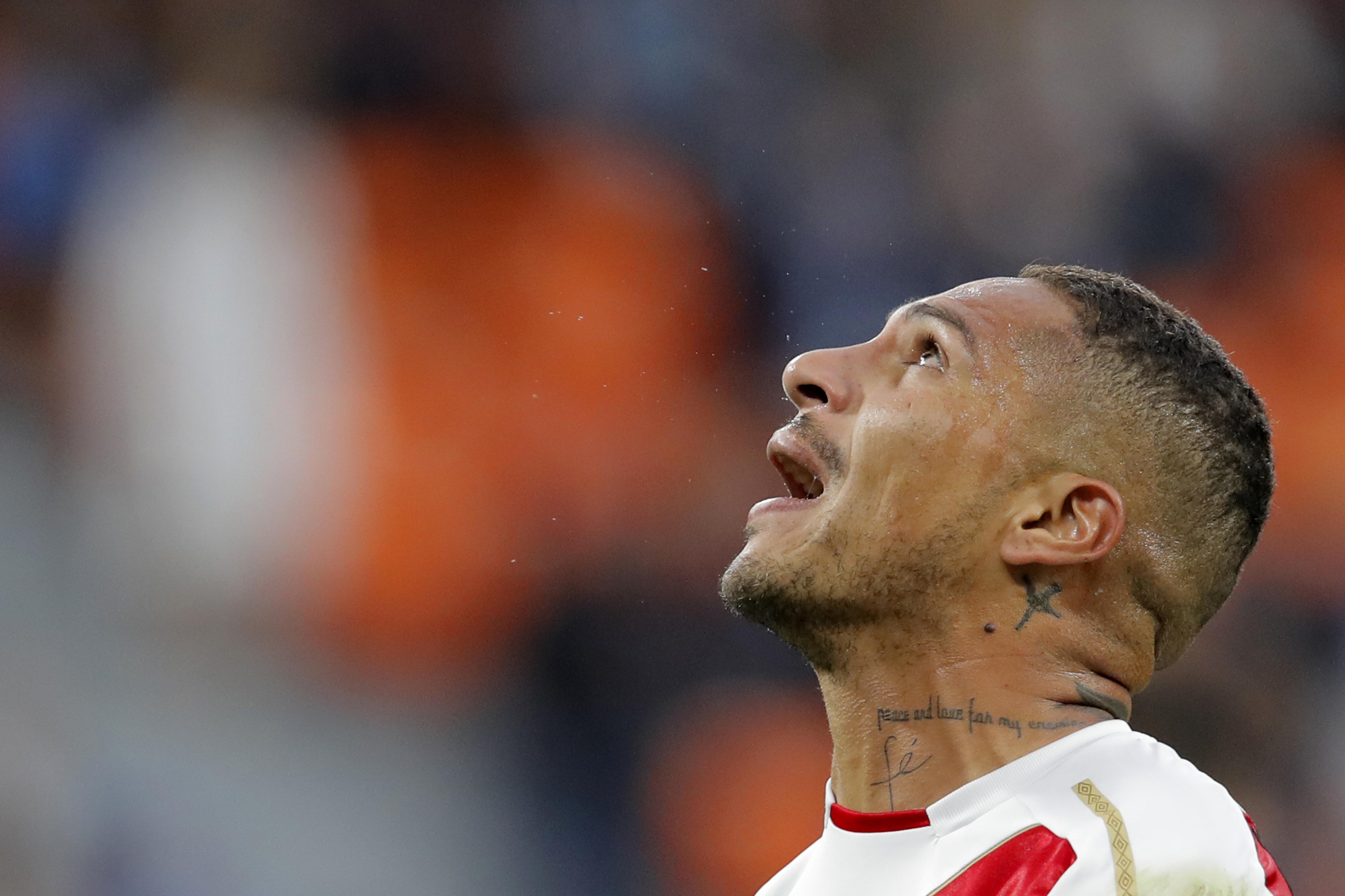 Paolo Guerrero lamenta a derrota da seleção peruana para a França durante a Copa do Mundo. O jogador foi quase cortado da competição.
