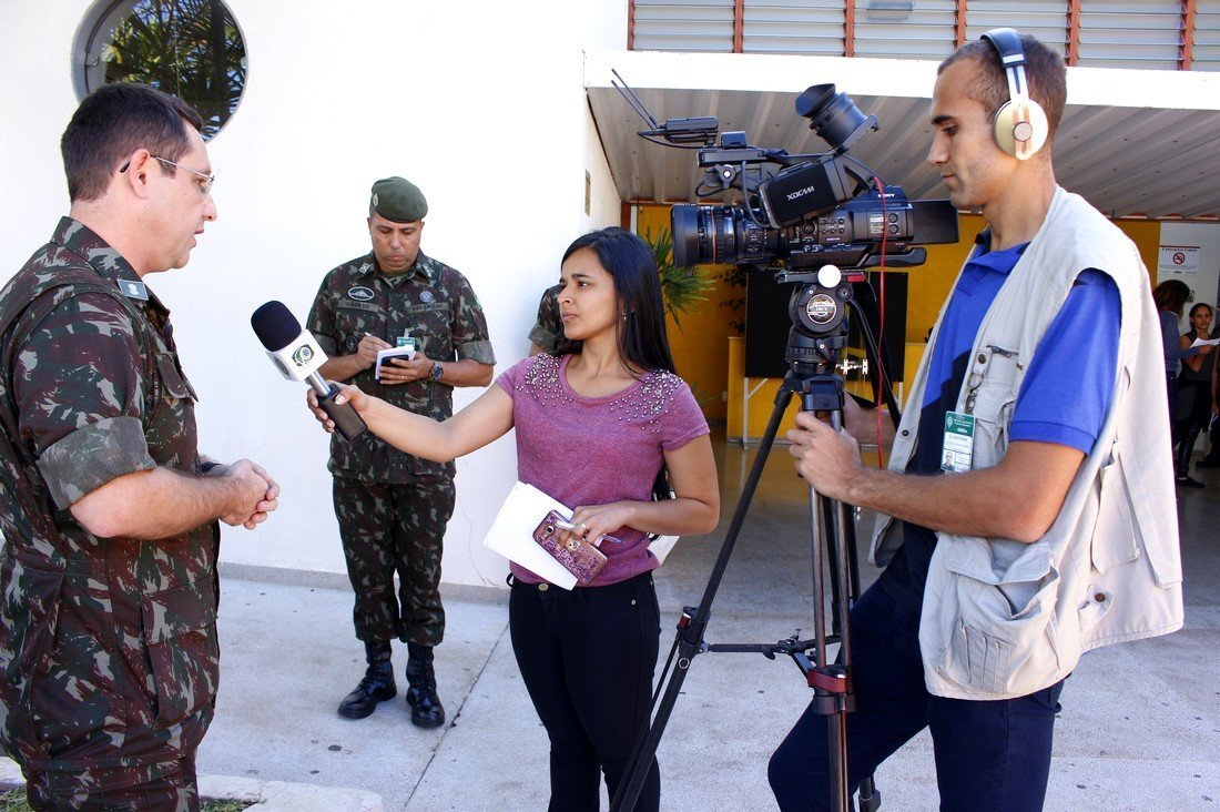 Micaela fazendo entrevista durante o treinamento do ECAM