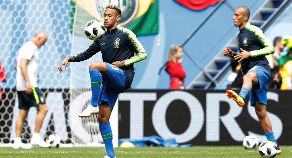 Neymar faz aquecimento antes da partida contra Costa Rica, no estádio São Petersburgo, em 22 de junho de 2018